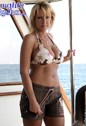 MILF Shorts Porn Pictures